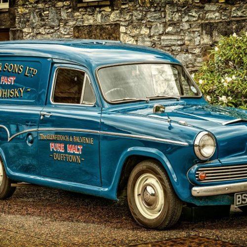 8718173-Austin-Morris-Combi-Oldtimer-Whisky-Transporter-med